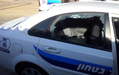 אחת הרקטות פגעה ברכב ביטחון, שניים נפצעו. שער הנגב, הבוקר (צילום: יואב זיתון)
