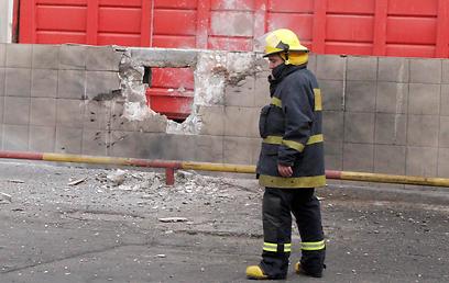 פגיעה ישירה במפעל באזור שדרות, הבוקר (צילום: אליעד לוי)