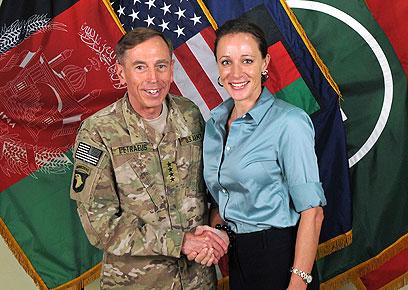 הגנרל והמאהבת. פטראוס וברודוול (צילום: ISAF NATO, AFP)