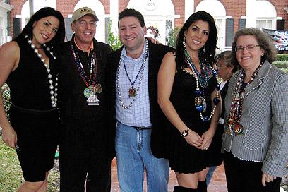 ג'יל קלי ובעלה סקוט (במרכז) עם הזוג פטראוס. משמאל: אחותה של קלי, נטלי (צילום: AP)