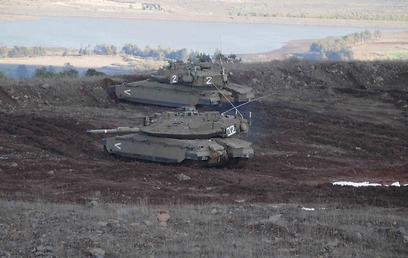 """חילופי ירי. טנקים של צה""""ל סמוך לגבול הסורי, היום (צילום: אביהו שפירא )"""