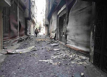 הרס ברחובות. הפצצות צבא אסד נמשכות (צילום: רויטרס)