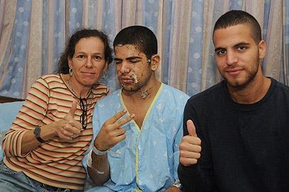 שמעון אלנקרי בבית החולים עם אמו ואחיו (צילום: הרצל יוסף)