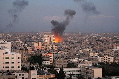 התקיפות הישראליות בעזה נמשכות (צילום: AP)