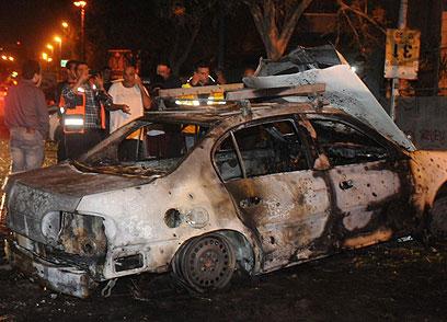 מכונית שספגה פגיעה בבאר שבע, הערב (צילום: הרצל יוסף)