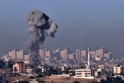 """פטריית עשן בעזה לאחר תקיפת צה""""ל, היום (צילום: AFP)"""