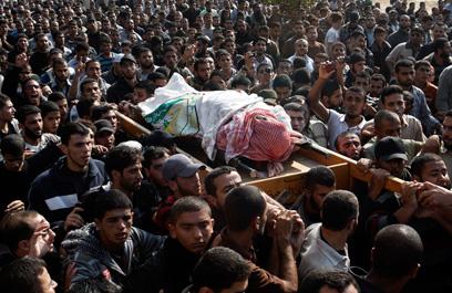 הלוויית אחמד ג'עברי, היום. הבכירים מסתתרים (צילום: AP)