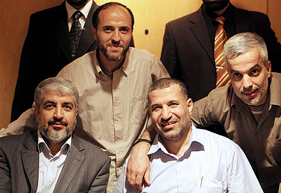 ג'עברי עם בכירי חמאס, בהם חאלד משעל, אחרי עסקת שליט (צילום: EPA)