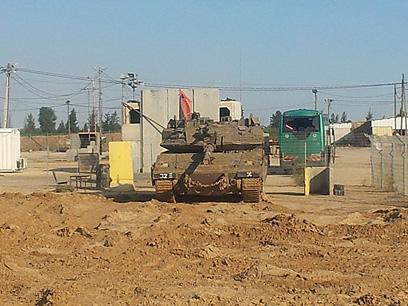 שמשה מנופצת במקום הפגיעה, היום (צילום: יואב זיתון)