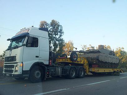 """טנק צה""""לי בדרך דרומה (צילום: יואב זיתון)"""