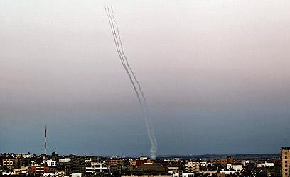 שיגור רקטות לעבר ישראל. גם הבוקר (צילום: EPA)
