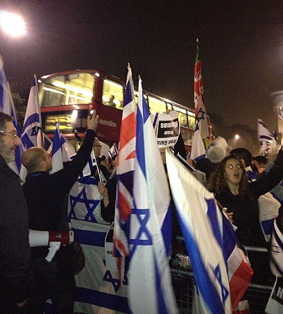 דגלי ישראל ובריטניה בהפגנת התמיכה מול ההפגנה הפרו-פלסטינית (צילום: רונה זינמן)