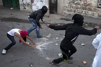 """מיידים אבנים בירושלים. """"החייל הגיב בירי"""" (צילום: AFP )"""