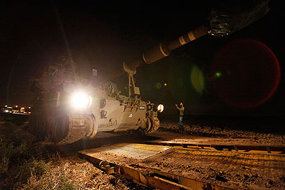 טנקים בגבול עזה, הערב (צילום: רויטרס)