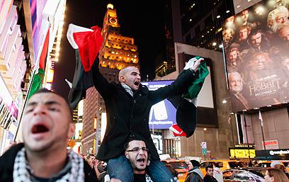 הפגנה בטיימס סקוור בניו יורק (צילום: רויטרס)