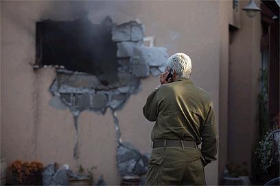 פגיעה בבית בשער הנגב (צילום: אוהד צויגנברג )