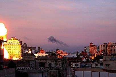 הפצצה בעזה (צילום: רויטרס)