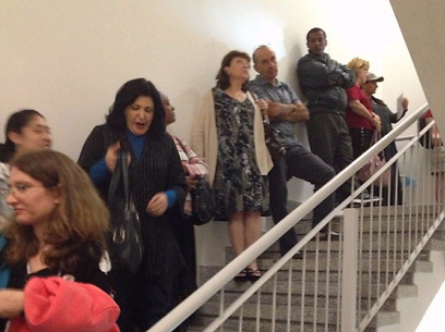 תופסים מחסה במדרגות בניין בתל-אביב, היום בצהריים