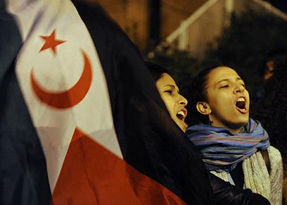הפגנה מול שגרירות ישראל במדריד (צילום: AFP)