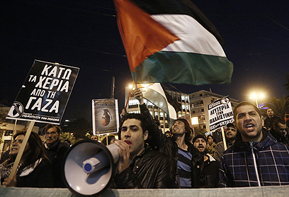הפגנה מול שגרירות ישראל ביוון (צילום: רויטרס)