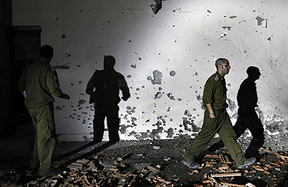 נזקים בעקבות פגיעת רקטה ביישוב בישראל (צילום: AP)