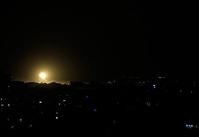 תקיפה בעזה, הערב (צילום: AFP)