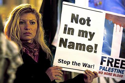 מפגינה מול הפרלמנט באיטליה (צילום: AFP)