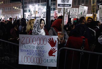 הפגנה מול הקונסוליה בניו יורק ביום חמישי (צילום: רויטרס)