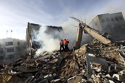 עשן מעל הריסות המבנה (צילום: EPA)