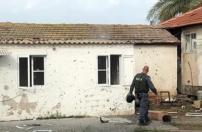 הנזק שנגרם לבית במועצת באר טוביה (צילום: אבי רוקח)
