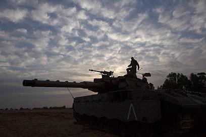 """כוחות צה""""ל מתכוננים לכניסה קרקעית (צילום: רויטרס)"""
