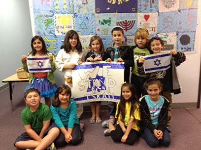 תלמידים בסן דייגו עם דגלי ישראל (צילום: באדיבות הסוכנות היהודית)