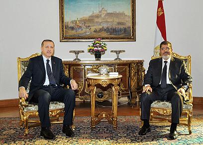 ארדואן ומורסי במצרים (צילום: AFP)