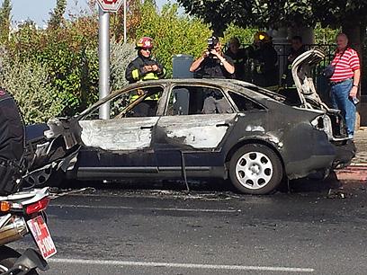 הרכב נשרף כליל (צילום: אלי סניור)