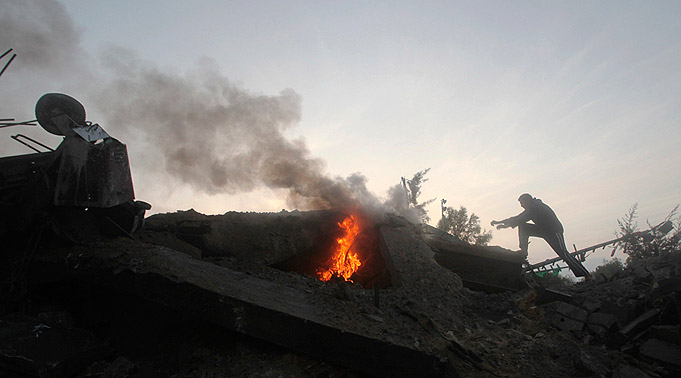 האצטדיון העזתי שהופצץ (צילום: רויטרס)