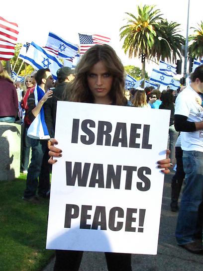 רוצים שלום! נועה תשבי מפגינה בלוס אנג'לס