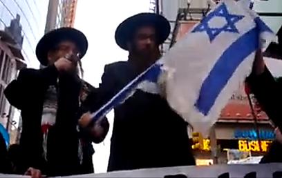 נטורי קרתא קורעים את דגל ישראל בטיימס סקוור אתמול