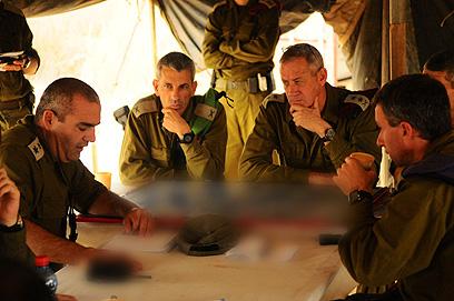 """גנץ בתדרוך במהלך המבצע (צילום: דובר צה""""ל)"""
