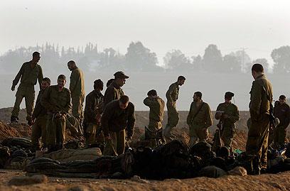 חיילי מילואים שגוייסו בצו 8 (צילום: רויטרס)