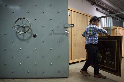 דורון לוריא עמל על העברת היצירות למקלט (צילום: AP)