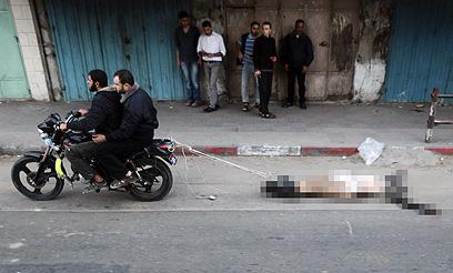 גופת חשוד בשיתוף פעולה עם ישראל נגררת בעזה (צילום: רויטרס)