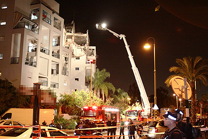 Rishon Lezion building after direct rocket hit (Photo: Avi Muallem) (צילום: אבי מועלם)