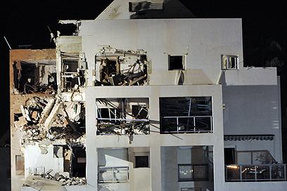 הפגיעה בבניין בראשון לציון (צילום: דודו אזולאי)