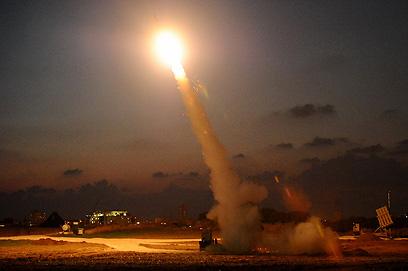 כיפת ברזל מיירטת רקטה באשדוד (צילום: אבגר אידן)