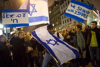 """""""אנחנו עומדים לצד ישראל"""". פריז (צילום: EPA)"""