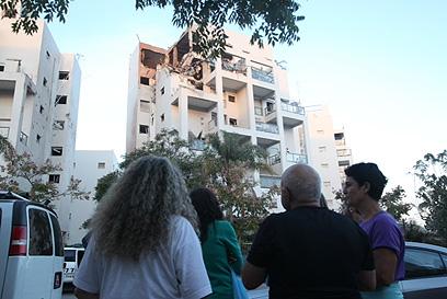 הבניין בראשון לציון שנפגע מטיל ארוך טווח של חמאס (צילום: מוטי קמחי)
