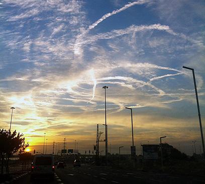 שמי אזור אשדוד הבוקר (צילום: אלה סגל)