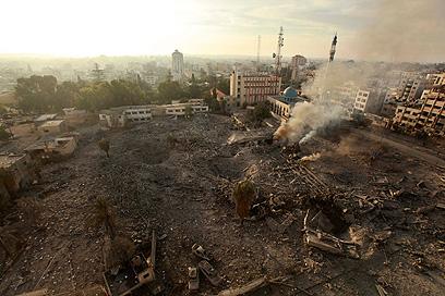 שרידי בניין שהופצץ ברצועה (צילום: רויטרס)