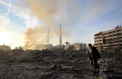 תוצאות ההפגזה: מתחם המשרד לביטחון פנים בעזה (צילום: AFP)
