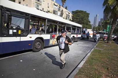 האוטובוס לאחר הפיגוע  (צילום: AP)